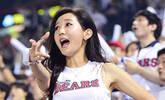 申惠善开球笑容腼腆 啦啦队员助威