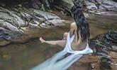 美女在山涧中拍半裸照