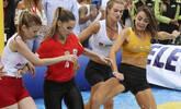 众美女踢水上足球 上演肉体碰撞