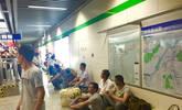 农民工早高峰乘地铁:让上班族先走