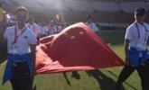香港警察主动换位:国旗走前面