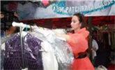 当红女星摆地摊卖二手衣服,被秒光