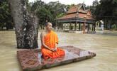 柬埔寨僧人洪水中打坐
