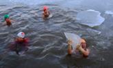 松花江结冰 冬泳爱好者伴冰块畅游