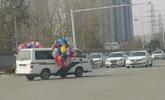 警车系满气球开上马路一幕