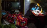 8口之家睡一张大床 孩子们奖状用麻袋装