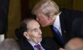 特朗普低头亲吻94岁前参议员
