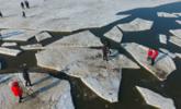 渤海海冰融化 游客不顾危险浮冰上玩耍