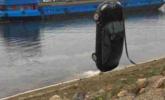 肇事后 司机将自己的车推入河中
