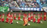 中甲赛场惊现学生表演足球操