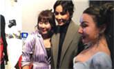 刘嘉玲和粉丝合影,竟遭丰满女抢镜