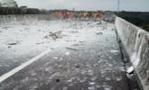 货车桥上爆炸 化学品流入河丨现场图
