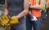 救援人员手臂书写个人信息 以防不测 组图