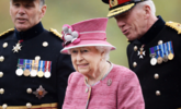 英国女王检阅皇家骑炮兵|组图