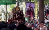 高僧与世隔绝修行3年多 出洞后村民排队瞻仰丨组图