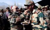 莫迪视察边防部队 身穿军装给士兵喂食物|组图