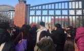 北京数十名家长聚集红黄蓝新天地分园门前