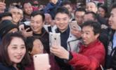 """刘强东受聘""""名誉村主任"""" 被围堵合影"""