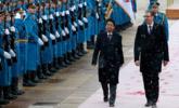 安倍访塞尔维亚 与两米高总统同行