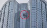 玻璃自爆后高空坠落 豪车被砸中