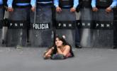 洪都拉斯女子趴地挑衅警察