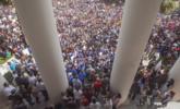 美国上千名学生到政府大楼示威