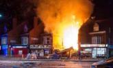 英国商店爆炸 现场火光冲天