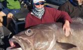 女子钓到62公斤巨型鲈鱼