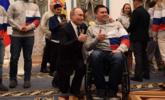 普京为冬残奥会获奖运动员单膝跪地