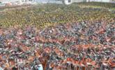 上海空地堆放万余辆共享单车