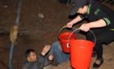 工人浑身湿透抢修水管 市民趁机取水