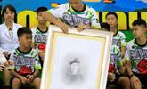 泰国足球少年为牺牲救援队员默哀