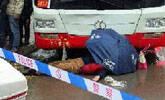 女子过马路被公交车撞死 路人撑伞为其遮挡遗体