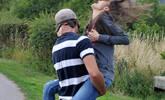 30公斤女子跳起与男友拥抱撞断肋骨