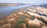 """长江边现""""沙坑景观"""" 水文专家解释:与去年汛期洪水较大有关"""