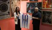 中国足坛美女老总受马尔代夫新任总统邀请!为副总统赠送球迷服