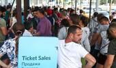 世界杯决赛门票开售 球迷排长队耐心等候