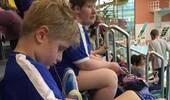 奇葩!9岁自闭男童游泳比賽得第一卻慘遭没收金牌,理由是游太快...