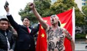 火爆!3万中国球迷现场助阵国足 球迷半裸高呼精忠报国