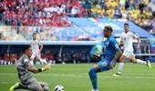 巴西绝佳点球竟被VAR扼杀 内马尔不满判罚怒摔皮球