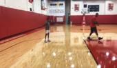 安东尼在火箭训练馆内指导儿子中距离投篮