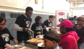 篮网球员以感恩节晚餐回馈当地社区居民
