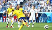 又一个VAR!韩国禁区下脚铲球 裁判看回放判罚点球