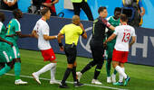球员受伤却坚持进攻惹急对手:世界杯爆发1大规模冲突!