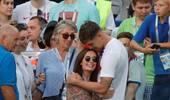 英格兰6-1巴拿马 斯通斯赛后怀抱妻儿庆祝