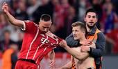 拜仁赛后多名球迷冲入场内 里贝里球衣差点被拽破