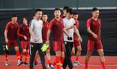 中国男足训练备战 武磊笑容满面