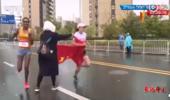 """苏马官方回应""""马拉松选手被递国旗干扰"""":志愿者个人行为"""