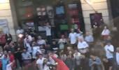 有惊无险!球迷街头庆祝被汽车撞飞