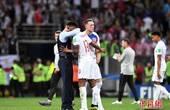 英格兰队回国球迷热情接机 没设置欢迎区被指扫兴